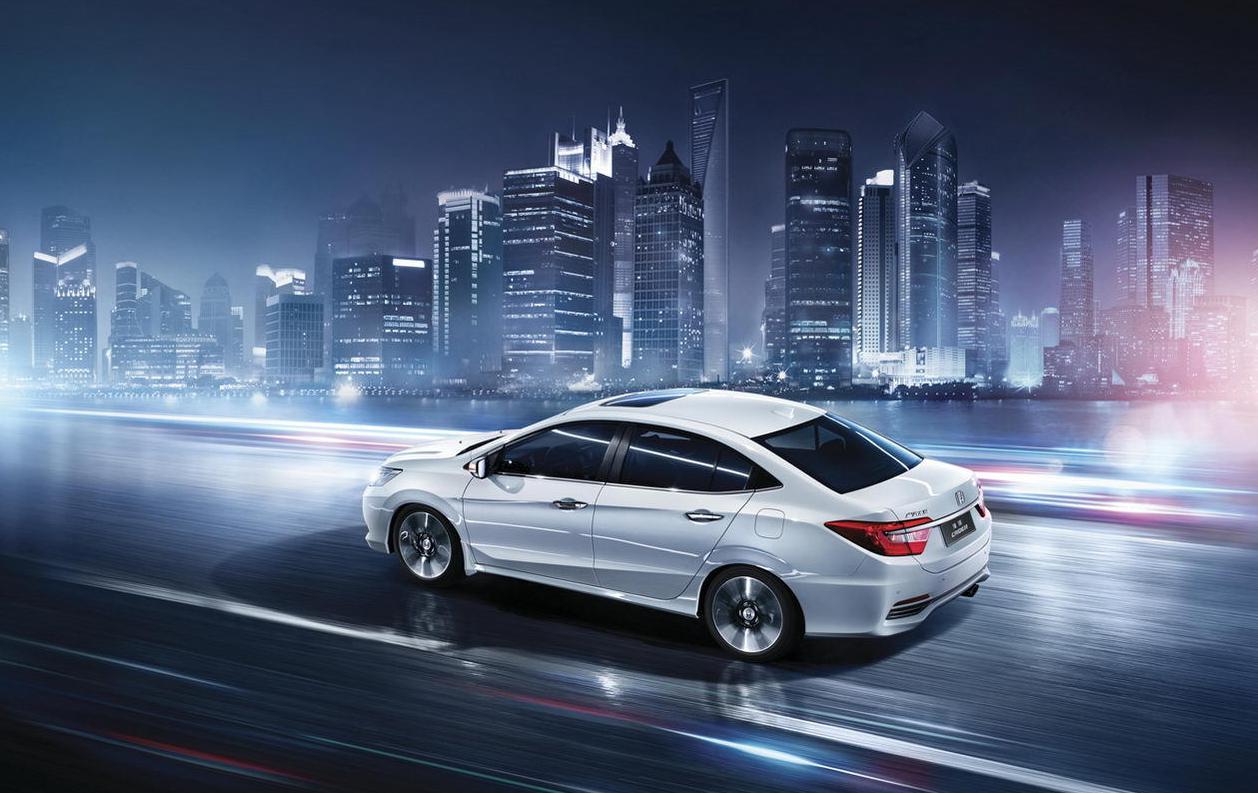 凌派是广汽本田推出的一款全新中级轿车,定位于锋范与雅阁之间,其车身尺寸为4650×1750×1505mm,轴距为2650mm。其竞争对手锁定为轩逸、速腾、朗逸等经济家用轿车。这款全新中级车是以去年北京车展首发亮相的Concept C概念车为基础开发而来,并且是专门针对中国市场打造的新车。外观上,凌派采用前后双LED组合灯,拥有超宽的前脸镀铬饰条以及刃形的侧面双腰线,再加上前卫的多幅轮毂,运动感跃然而生。    广汽本田凌派的整体内饰设计依旧带有家族式的风格,一体式中控台采用了钢琴漆